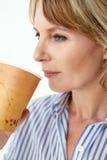 Geschäftsfrau, die takeout Kaffee trinkt Stockfotografie