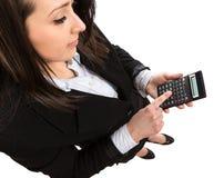 Geschäftsfrau, die Taschenrechner hält und einen Knopf bedrängt Stockfoto
