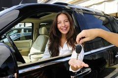 Geschäftsfrau, die Tasten des neuen Autos empfängt Stockfotos