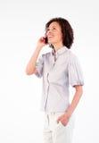Geschäftsfrau, die am Telefon aufwärts schaut spricht Stockfotografie