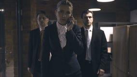 Geschäftsfrau, die am Telefon geht und spricht stock footage