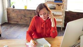 Geschäftsfrau, die am Telefon im Büro spricht stock footage