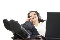 Geschäftsfrau, die am Telefon sich entspannt Lizenzfreies Stockfoto