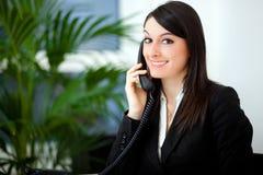 Geschäftsfrau, die am Telefon spricht stockfoto