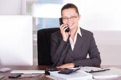 Geschäftsfrau, die am Telefon spricht Lizenzfreie Stockfotos