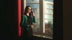 Geschäftsfrau, die am Telefon spricht stock video footage