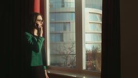 Geschäftsfrau, die am Telefon spricht stock video