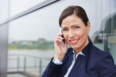 Geschäftsfrau, die Telefonanruf mit Smartphone macht Stockfotos