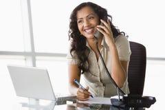 Geschäftsfrau, die Telefonanruf nimmt Stockfoto