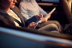 Geschäftsfrau, die Telefonnummer im Auto nennt Lizenzfreie Stockfotos