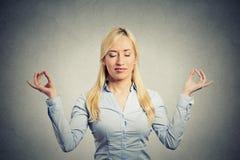 Geschäftsfrau, die tief einatmend meditiert Lizenzfreies Stockbild