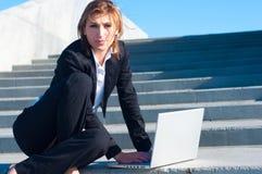 Geschäftsfrau, die an Treppen arbeitet Stockfotos