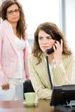 Geschäftsfrau, die um Telefon ersucht lizenzfreies stockfoto