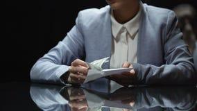 Geschäftsfrau, die Umschlag mit Geld, Korruption und Steuerhinterziehung, Abschluss oben nimmt stock footage
