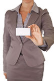 Geschäftsfrau, die unbelegte Visitenkarte anhält Stockfotografie