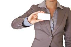 Geschäftsfrau, die unbelegte Visitenkarte anhält Lizenzfreie Stockfotografie
