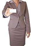 Geschäftsfrau, die unbelegte Visitenkarte anhält Stockfoto
