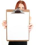 Geschäftsfrau, die unbelegtes Klemmbrett anhält Lizenzfreie Stockfotografie