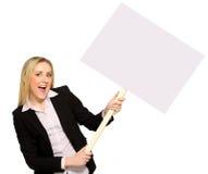 Geschäftsfrau, die unbelegtes Plakat anhält Lizenzfreie Stockfotos