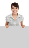 Geschäftsfrau, die unbelegtes Schild zeigt Stockfoto