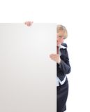 Geschäftsfrau, die unbelegtes Schild zeigt Lizenzfreie Stockfotografie