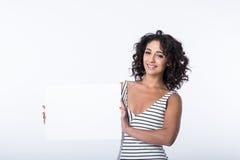 Geschäftsfrau, die unbelegtes Zeichen anhält Lizenzfreie Stockbilder