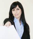 Geschäftsfrau, die uns ein Weißbuch gibt Lizenzfreie Stockbilder