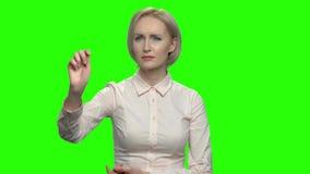 Geschäftsfrau, die unsichtbare eingebildete Schnittstelle verwendet stock video footage