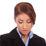 Geschäftsfrau, die unten schaut Lizenzfreie Stockbilder