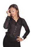 Geschäftsfrau, die unter in Verbindung stehenden Kopfschmerzen der Arbeit leidet Lizenzfreies Stockfoto