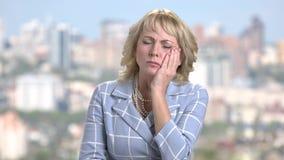 Geschäftsfrau, die unter Zahnschmerzen leidet stock video
