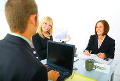 Geschäftsfrau, die Verkaufs-Diagramm zeigt Lizenzfreies Stockfoto
