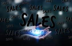 Geschäftsfrau, die Verkaufsikonen in ihrer Wiedergabe der Hand 3D hält Stockbilder