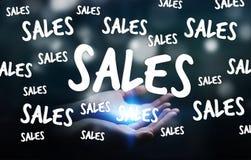Geschäftsfrau, die Verkaufsikonen in ihrer Wiedergabe der Hand 3D hält Stockfoto