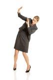 Geschäftsfrau, die versucht, sich zu schützen Lizenzfreies Stockfoto