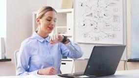 Geschäftsfrau, die Videoanruf auf smartwatch hat stock video footage