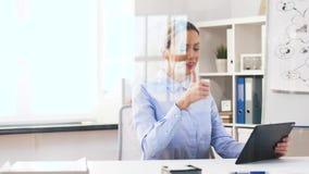Geschäftsfrau, die Videoanruf auf Tablet-Computer hat stock footage