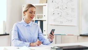 Geschäftsfrau, die Videoanruf auf Zelle im Büro hat stock footage