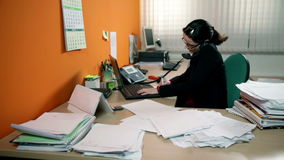Geschäftsfrau, die viel Arbeit im Büro, Telefonanruf machend hat