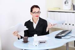 Geschäftsfrau, die viel Schreibarbeit hat. stockbilder