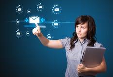 Geschäftsfrau, die virtuelle Mitteilungsart von Ikonen bedrängt Lizenzfreie Stockbilder