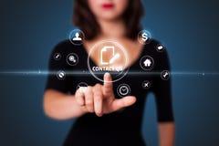 Geschäftsfrau, die virtuelle Mitteilungsart von Ikonen bedrängt Stockbild