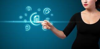 Geschäftsfrau, die virtuelle Mitteilungsart von Ikonen bedrängt Lizenzfreies Stockbild