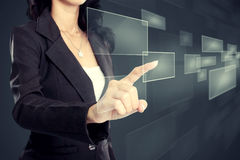 Geschäftsfrau, die virtuellen Medienknopf bedrängt stockfoto