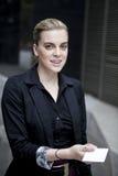 Geschäftsfrau, die Visitenkarte überreicht Stockfotografie