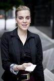 Geschäftsfrau, die Visitenkarte überreicht Stockbild