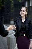 Geschäftsfrau, die Visitenkarte überreicht Stockfotos