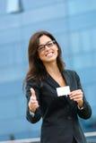Geschäftsfrau, die Visitenkarte zeigt und Händedruck anbietet Stockbilder
