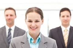 Geschäftsfrau, die vor zwei Geschäftsmännern steht Lizenzfreie Stockbilder