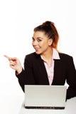 Geschäftsfrau, die weg vom Rahmen zeigt stockbilder